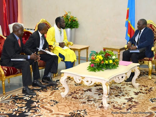 Le President Joseph Kabila lors de ses consultations avec les partis politiques en avril 2015. Ici avec Ne Muanda Nsemi de Congo Pax. (Photo: Radio Okapi)